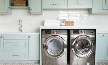 Schrank für Waschmaschine und Trockner eingebaut hellblau praktisch