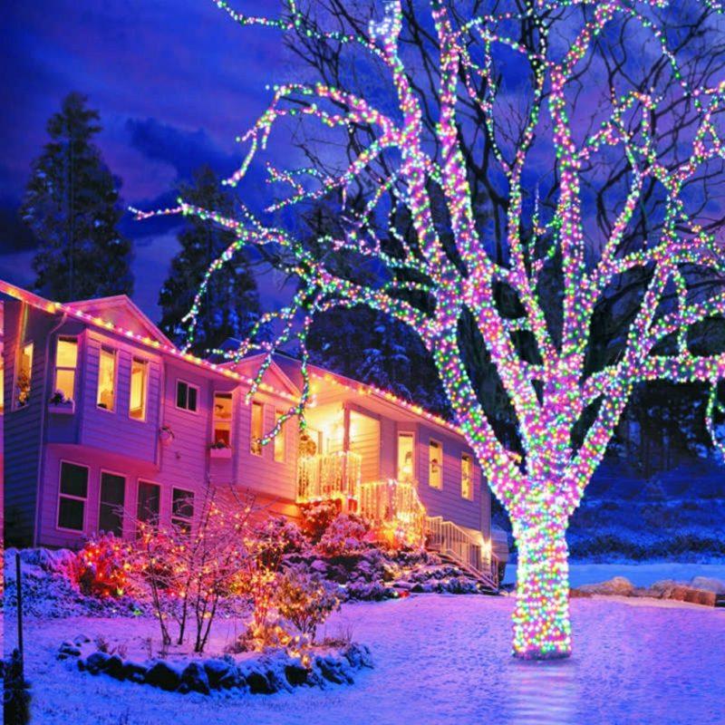 Weihnachtsdeko drauβen farbige Leuchten baum