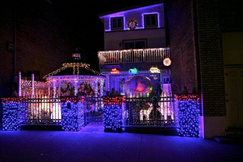 Weihnachtsdeko drauβen farbige Beleuchtung Zaun Pergola