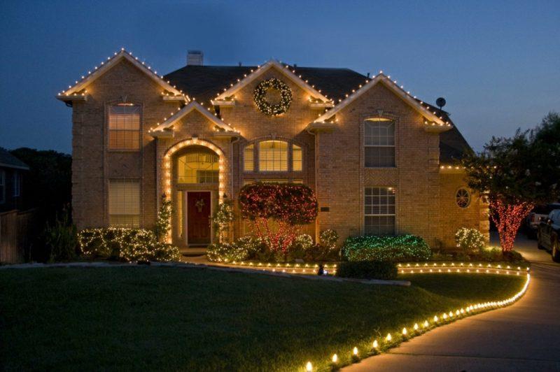 Weihnachtsdeko drauβen Leuchten hausfassade Gartenweg