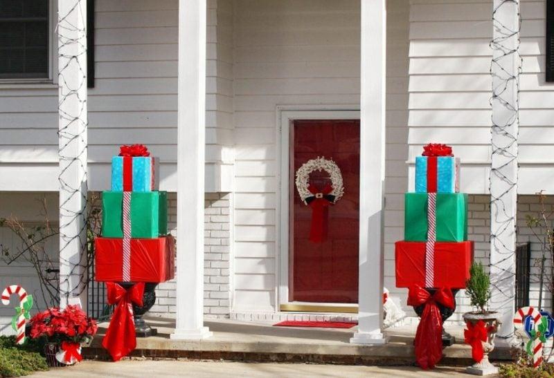 Weihnachtsdeko drauβen grosse Geschenkboxen