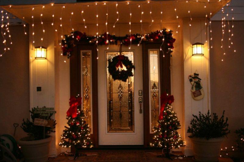 Weihnachtsdeko drauβen Lichternetze Tannenbäume prachtvoll