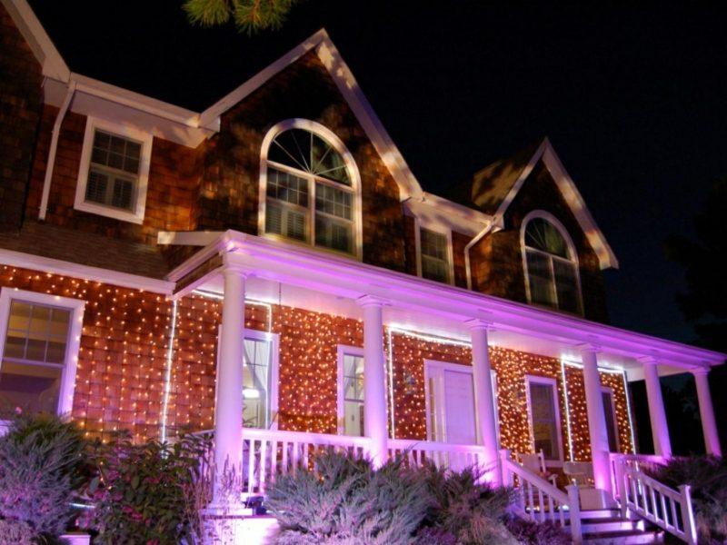 Weihnachtsdeko drauβen Lichternetze Hausfassade