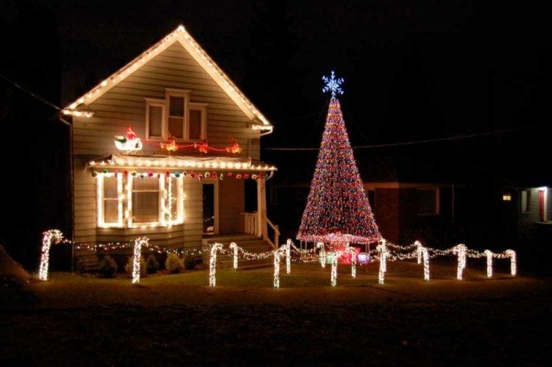 Weihnachtsdeko drauβen Lichterketten Zuckerstangen Christbaum