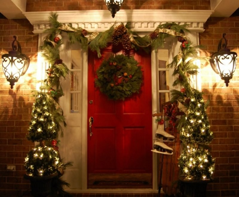 Weihnachtsdeko drauβen Kranz zwei Weihnachtsbäume