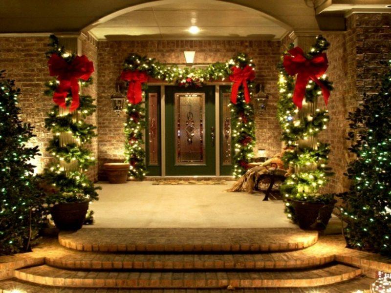 Weihnachtsdeko drauβen Hauseingang Zweige rote Schleifen