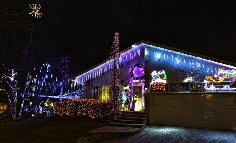 Weihnachtsdeko drauβen farbige Leuchten