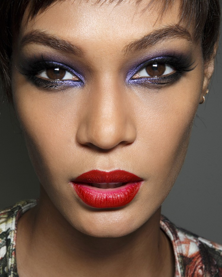 braune Augen schminken Violett Lidschatten Lippenstift rot