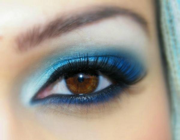braune Augen schminken blaue Lidschatten Kajal Mascara