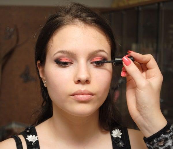 braune Augen schminken Wimpern mit Mascara betonen