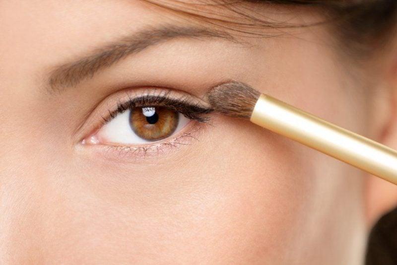 braune Augen schminken dezentes Make up Nude Lidschatten