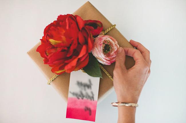 Geschenk und Blumenstrauß zusammen schenken: Herrlich Geschenk Einpacken Anleitung