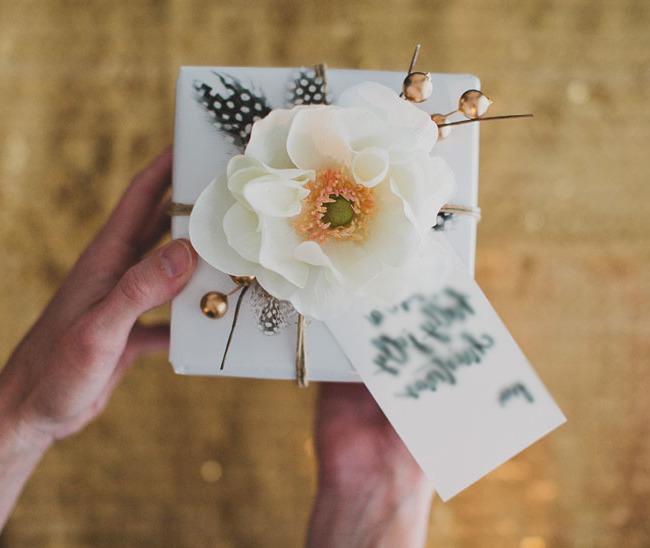Geschenke Einpacken Anleitung: Die Blumen passen nicht nur zum Blumenstrauß, sondern zur Geschenk Verpackung