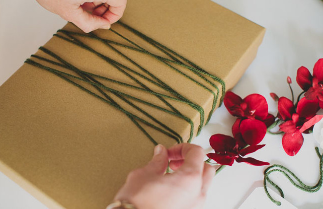 Mit Blumen die Geschenke richtig einpacken: DIY Anleitung