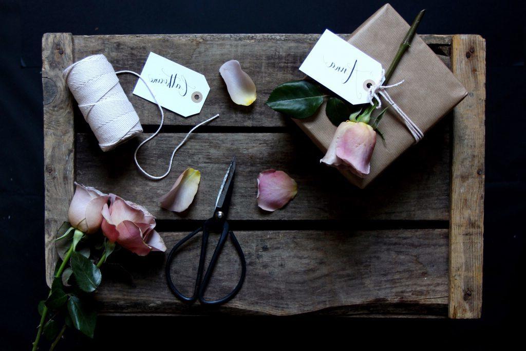 Geschenk und Blumen zusammen - die gelungene Kombination für die beste Überraschung