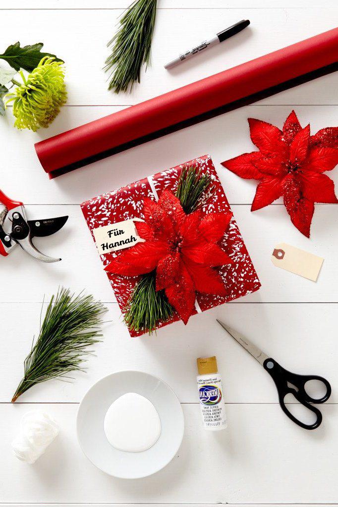 Schritt für Schritt Anleitung für Geschenke einpacken: Verleihen Sie dem langweiligen Geschenkpapier einen weihnachtlichen Touch