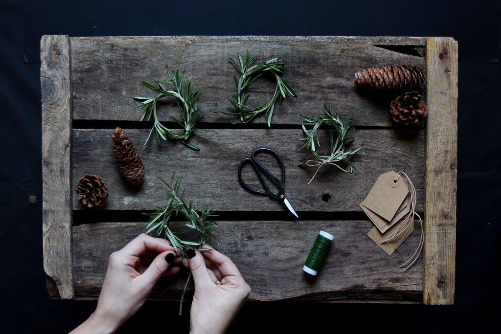 Geschenke einpacken: Tolle Ideen für Verpackungen mit einem weihnachtlichen Kranz