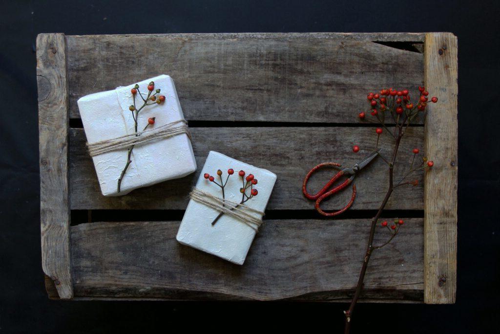 Geschenke einpacken: Saisonale Pflanzen als das i-Tüpfelchen der Geschenkverpackung