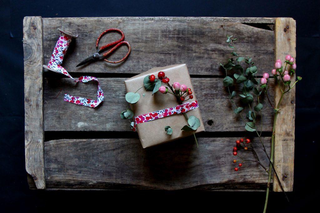 Saisonale Pflanzen als das i-Tüpfelchen der Geschenkverpackung