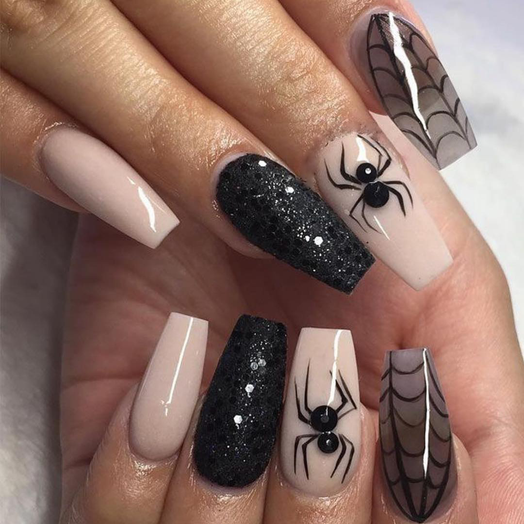Nageldesign mit Spinnen für Halloween - Halloween-Trends 2018