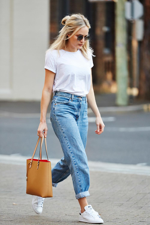 Herbst Outfit Ideen - Jeans mit weißen Sneakers kombinieren