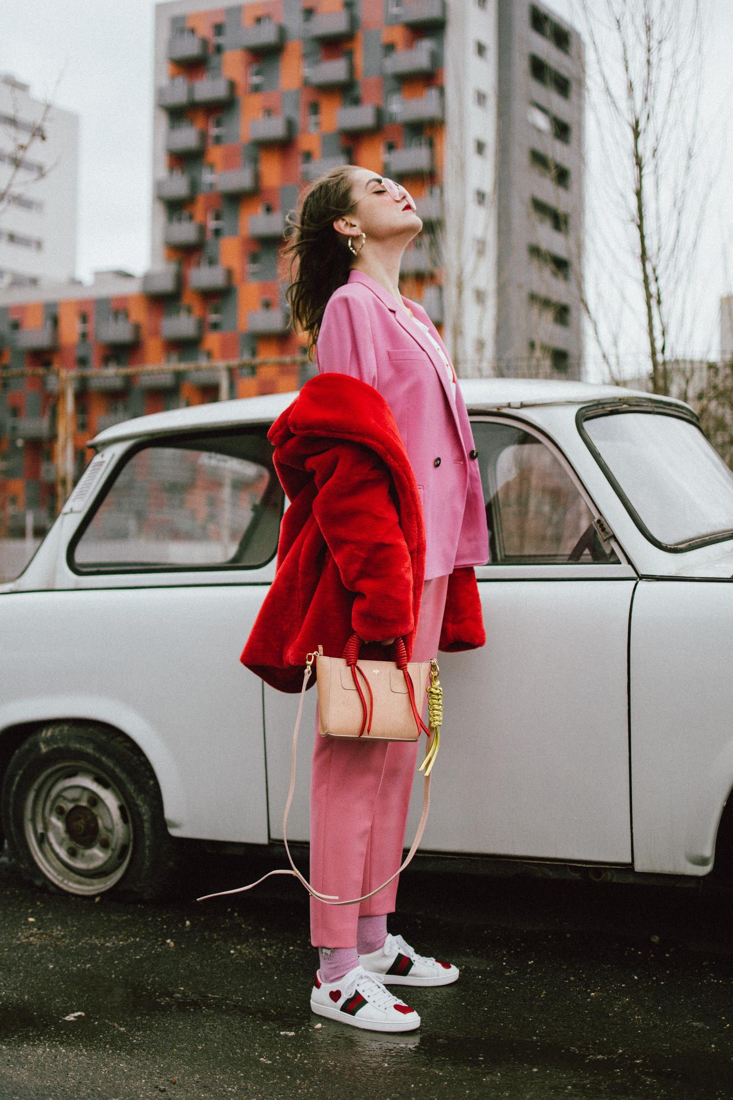 Herbst Outfit im trendigen Rot - komplette Outfits Damen mit weißen Sneakers