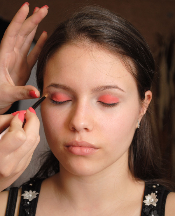 braune Augen schminken Kajal auftragen Augenwinkel