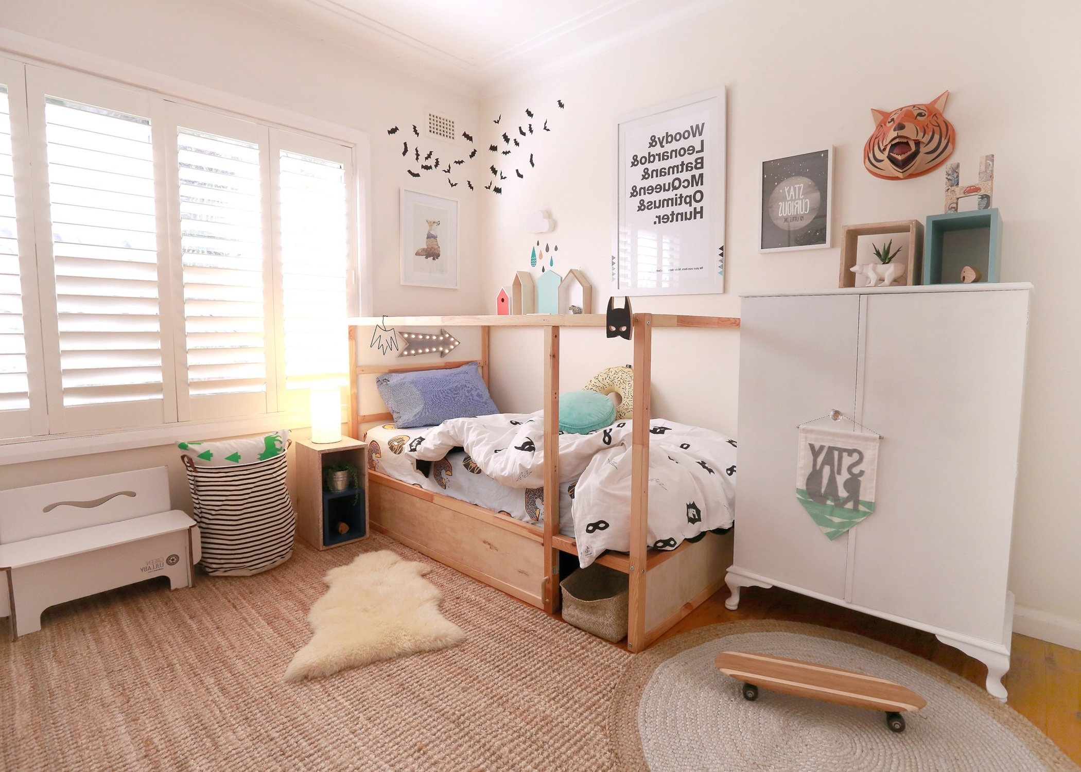Kinderzimmer pimpen 10 diy hacks f r ihr ikea kura bett for Wandregal kinderzimmer ikea
