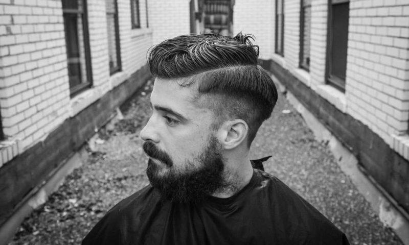 Seitenscheitel richtig stylen moderne Herrenfrisur mit Bart