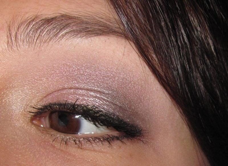 braune Augen schminken dezente rosafarbene Lidschatten