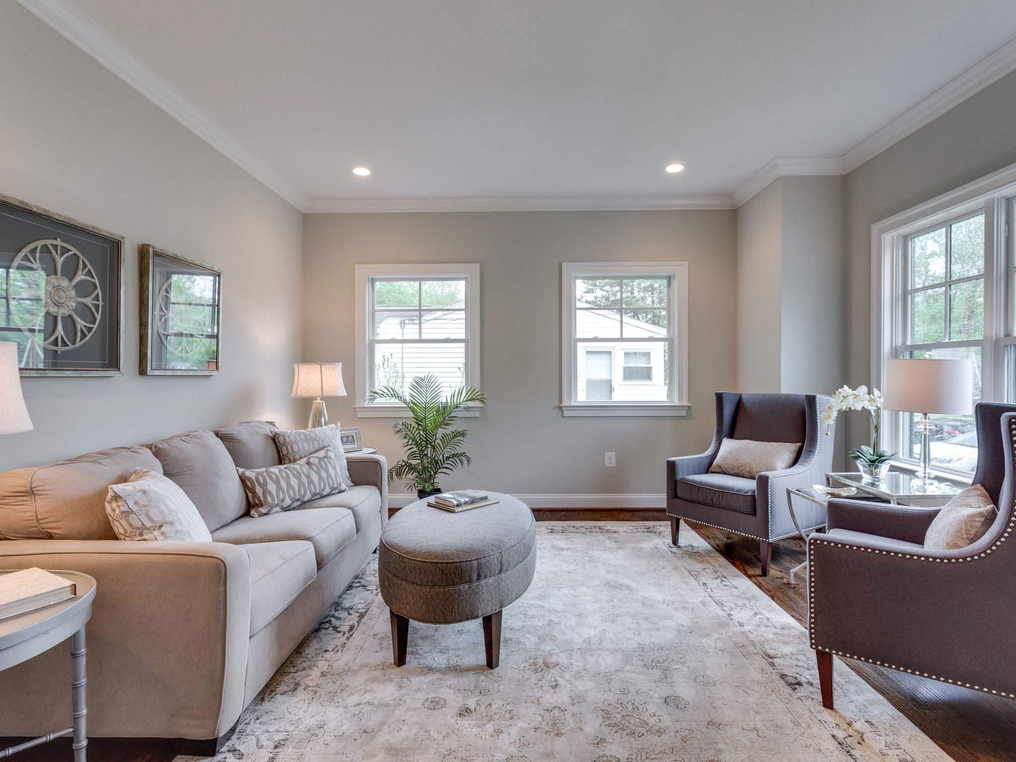 Die graue Wandfarbe Wohnzimmer garantiert eine edle und moderne Atmosphäre