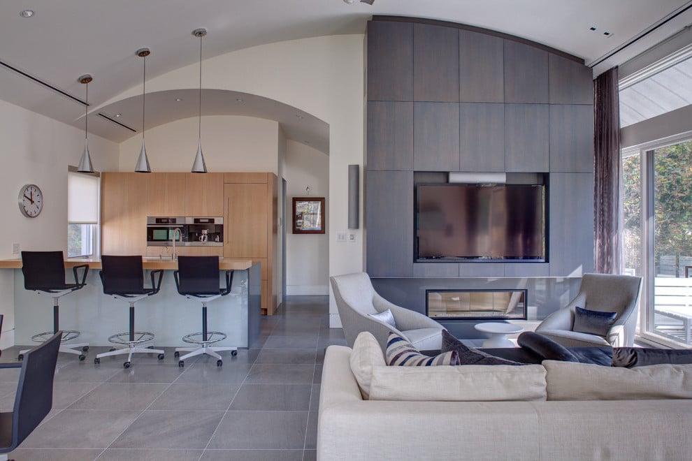 Dezente Grautöne in Kombination mit Holz im Wohnzimmer für eine gemütliche Umgebung
