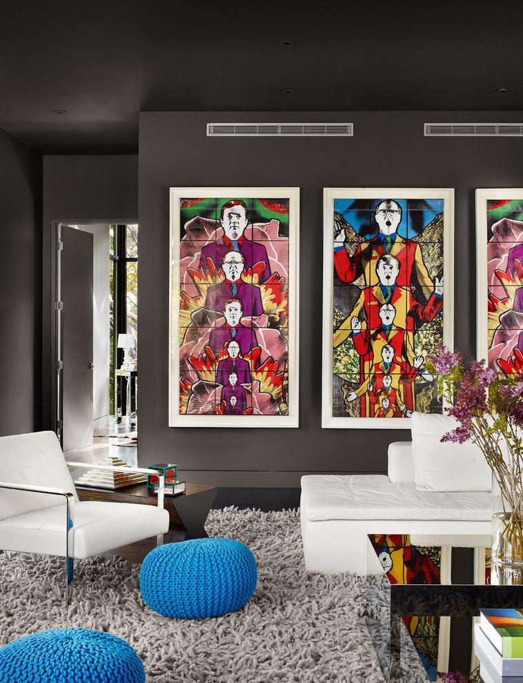 Dunkle graue Wohnzimmer Wandfarbe: Setzen Sie einen wirkungsvollen Kontrast mit dunkler Grundfarbe und knalligen Farbtupfern als Dekoration