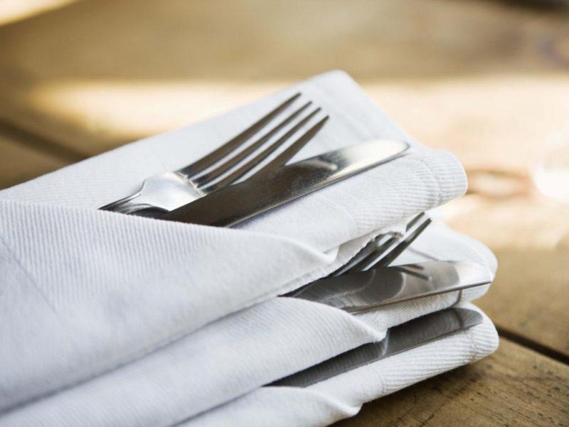 Servietten falten einfach und wirkungsvoll Bestecktaschen stilvoll