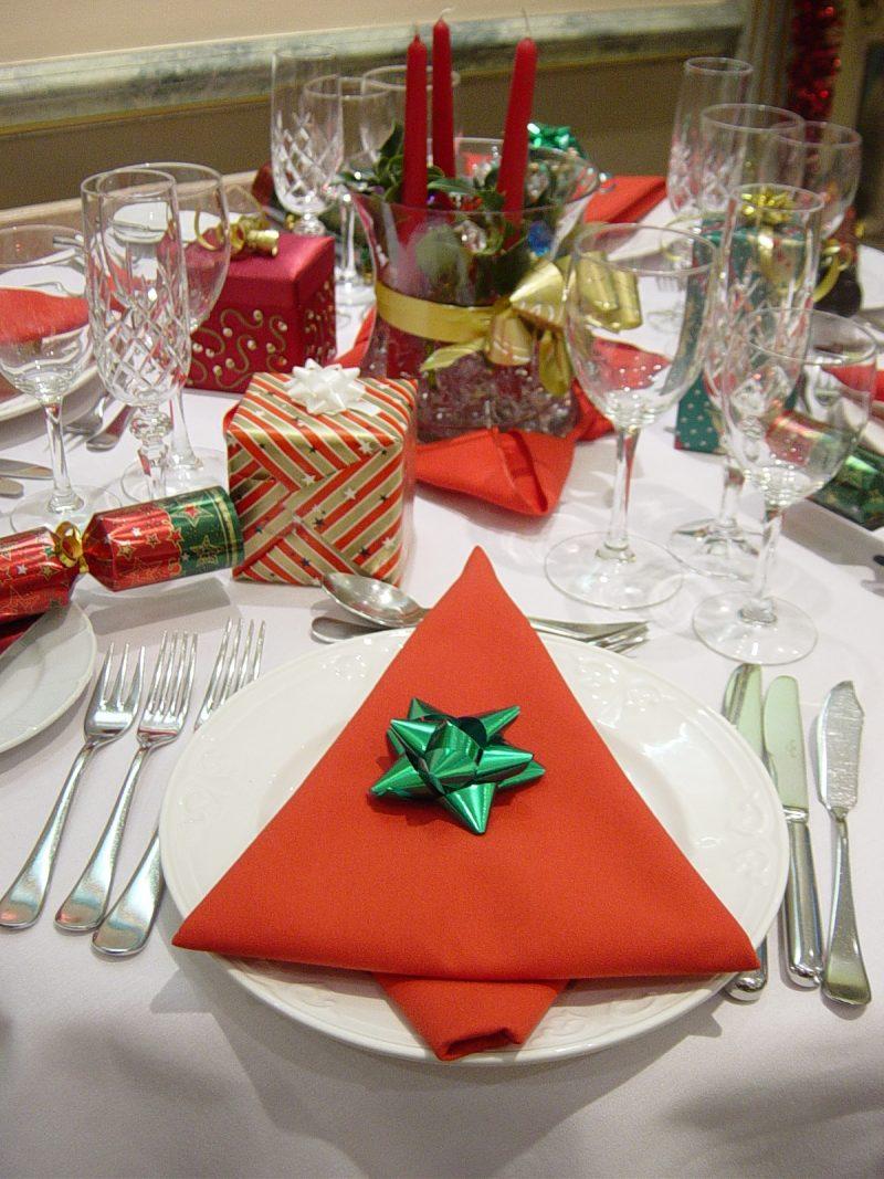 servietten falten einfach und wirkungsvoll zu weihnachten. Black Bedroom Furniture Sets. Home Design Ideas