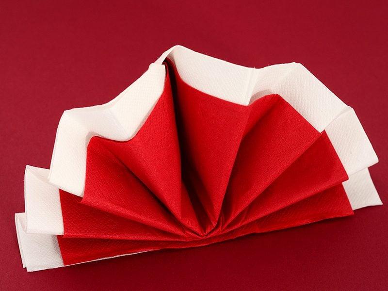 Servietten falten einfach und wirkungsvoll Fächer rot und weiß