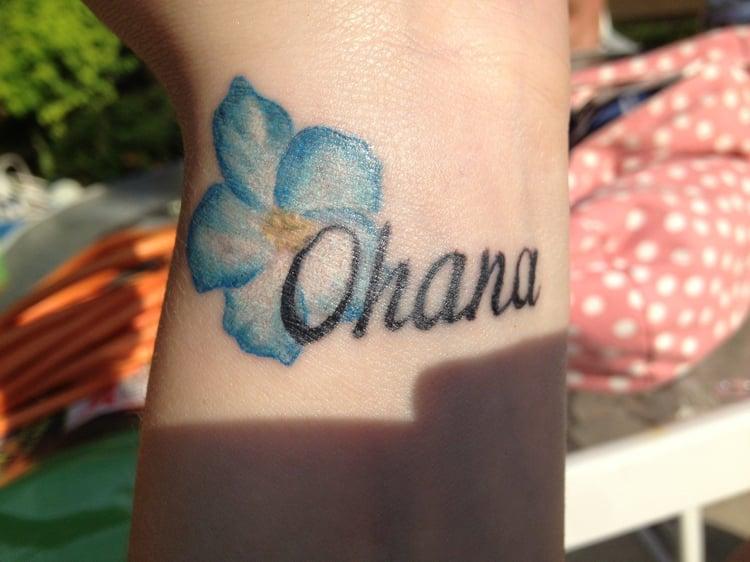Ohana Tattoo Handgelenk blaue Blume