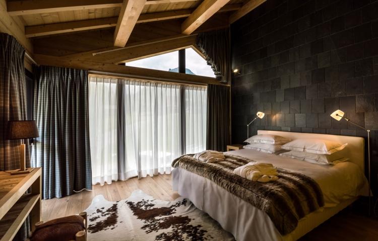 Chalet Schlafzimmer Dachschräge Steinwand