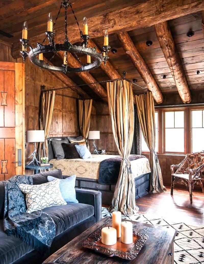 Chalet Schlafzimmer Holz Dachschräge Kerzenkronleuchter