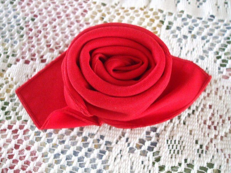 Servietten falten einfach und wirkungsvoll Stoffserviette Rose