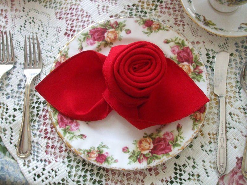 Servietten falten einfach und wirkungsvoll eindrucksvolle Rose