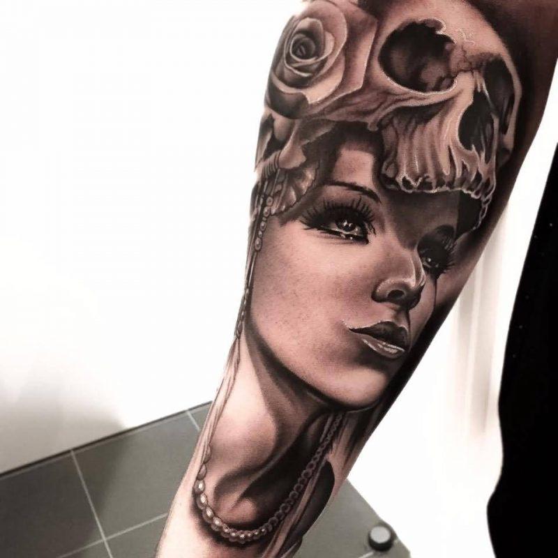 Schädel Tattoo tiefsinnig
