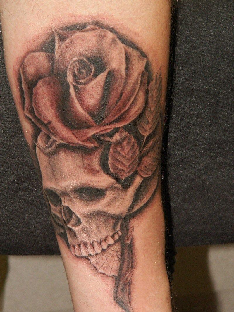 Schädel Tattoo mit Rose originell