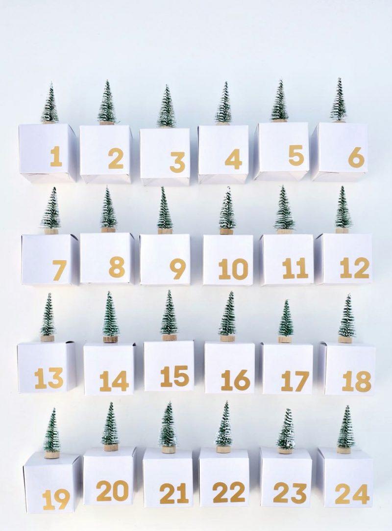 Adventskalender für Erwachsene stilvolles Design kleine Schachteln Tannen