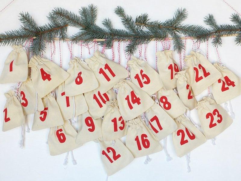 Adventskalender für Erwachsene Stofftüten aufhängen Tannenzweig