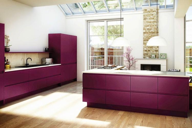 Aubergine Farbe in der Küche einsetzen