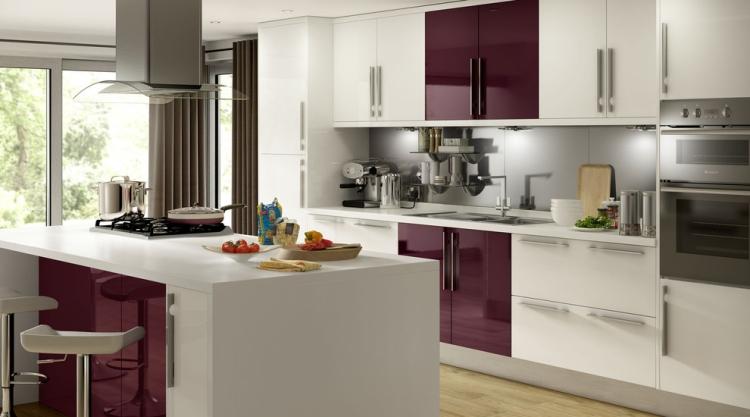 Aubergine Farbe Küchenfronten Akzent