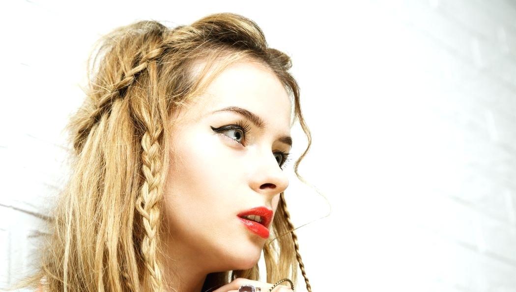 Hipster Frisur halboffen geflochten Frau