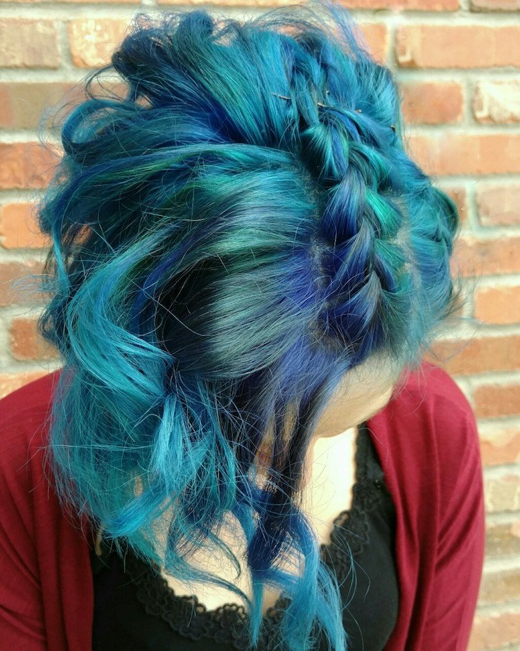 türkise Haare tolle Flechtfrisur