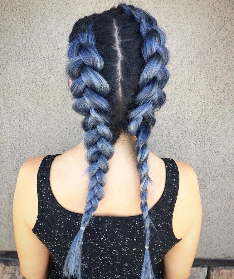 türkise Haare zwei Flechtzöpfe